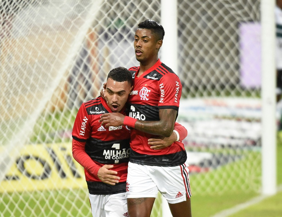 Matheuzinho e Bruno Henrique, Flamengo x Coritiba — Foto: André Durão / ge