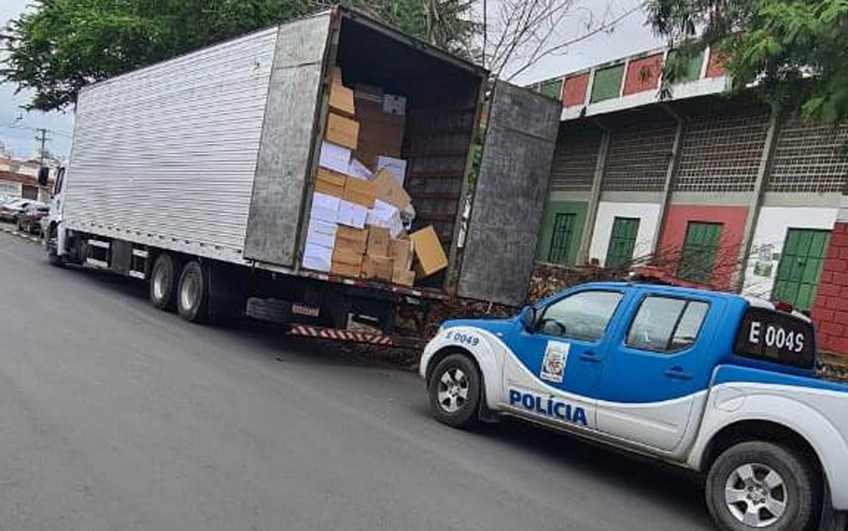 Mais de 10 mil bolsas e pares de calçados falsificados são apreendidos em caminhão no interior da Bahia