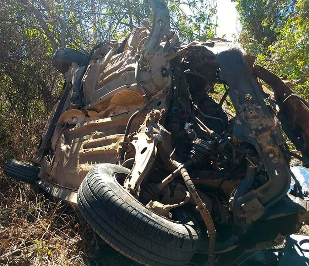 Carro foi parar em uma área de mata no acostamento da BR-242, no oeste da Bahia (Foto: Divulgação/Site Gazetas)