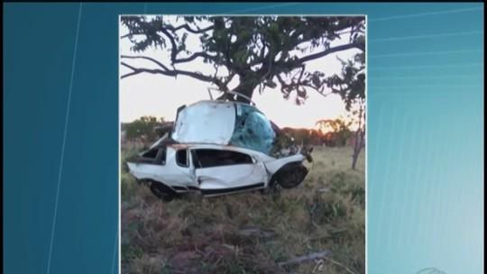 Carro fica totalmente destruído ao bater em árvore em MG e motorista sobrevive