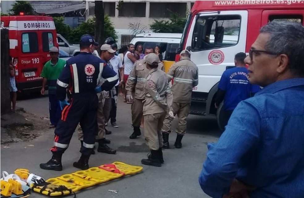 Socorristas do Samu e homens do Corpo de Bombeiros estiveram no local  — Foto: Internauta