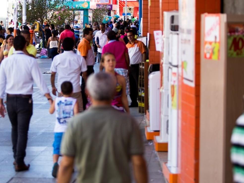 Comércio de rua funciona em horário diferenciado no feriado (Foto: Jonathan Lins/G1)