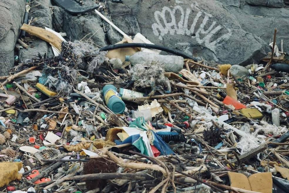 Pedaços de colchões, garrafas, esponjas e canos foram despejados na Praia do Perigoso, em Barra de Guaratiba, na Zona Oeste do Rio. — Foto: Reprodução/Rafael Lelis