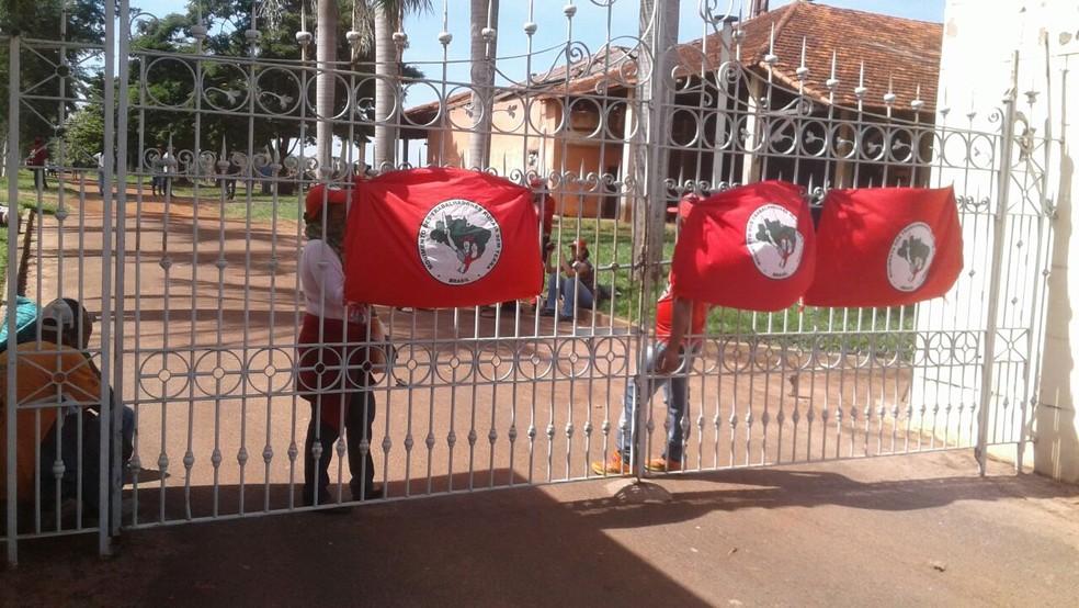 MST invadiu a fazenda do empresário Oscar Maroni na manhã desta terça-feira (17), em Araçatuba (Foto: Rodolfo Pardini/TV TEM)