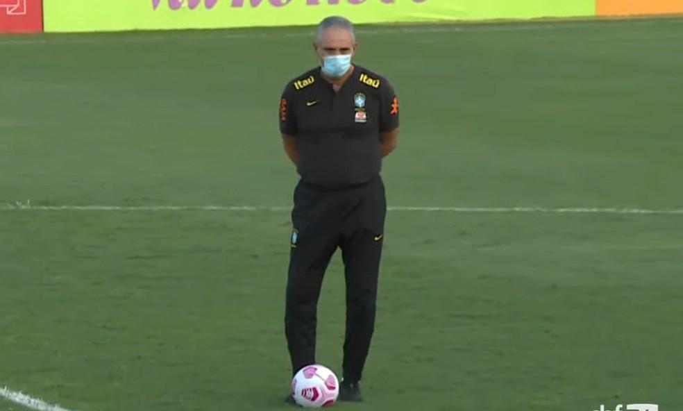 Tite observa treino da seleção brasileira em Manaus — Foto: Reprodução / CBF TV