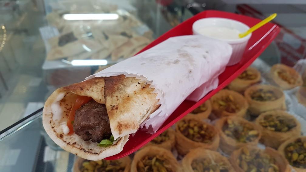 Sanduíche de pão sírio com kafta na Arábica (Foto: Pedro Ângelo/G1)