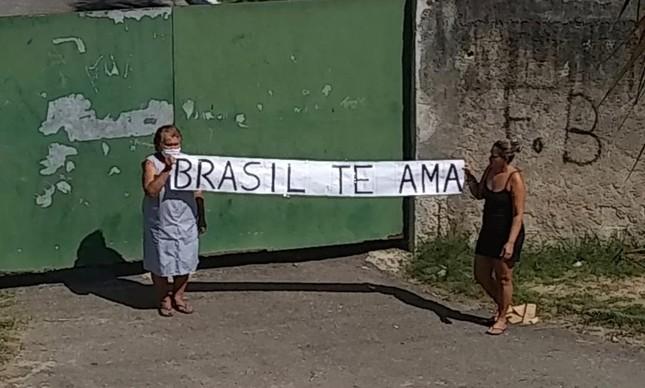 Duas senhorinhas da comunidade da Galinha prestaram uma homenagem silenciosa ao ator Paulo Gustavo, durante o velório do humorista