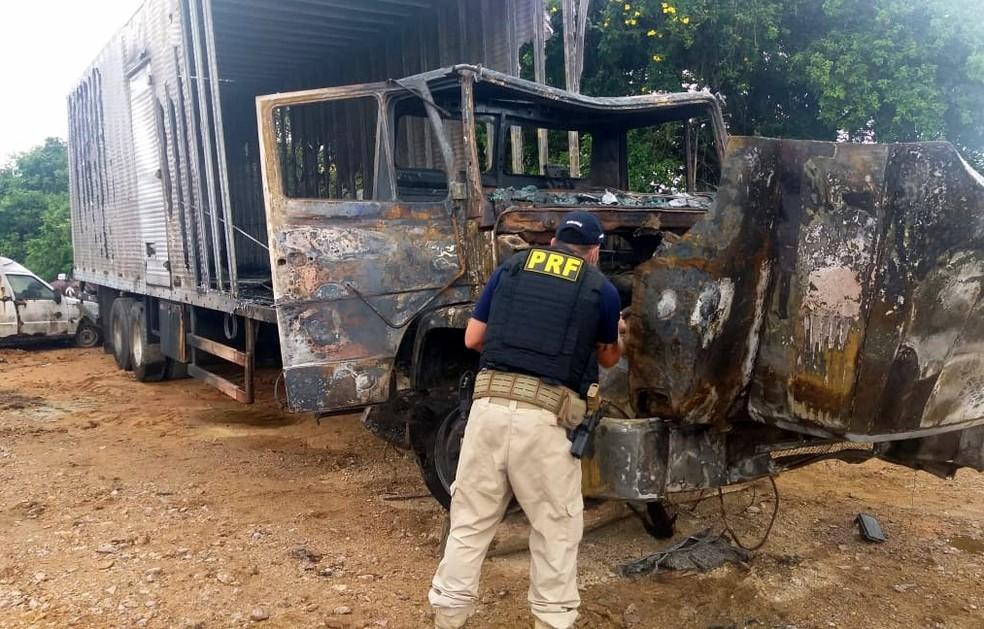 Perícia da PRF descobre que caminhão queimado no túnel do Morro do Formigão é roubado e circulava clonado — Foto: PRF/ Divulgação