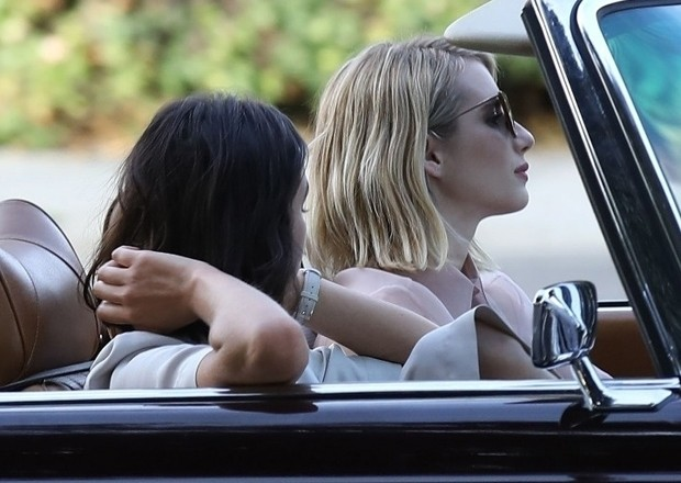 Bruna Marquezine e Emma Roberts (Foto: Backgrid)
