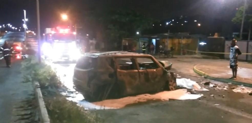 Caro que atingiu gari pegou fogo e ficou totalmente destruído, na madrugada desta quarta-feira (18), na PE-15, em Olinda, no Grande Recife (Foto: Manoel Jr/WhatsApp)