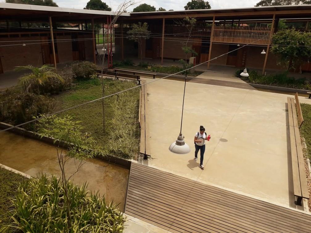 Pátio de dormitório tem bancos de madeira e plantas — Foto: Jesana de Jesus~/G1