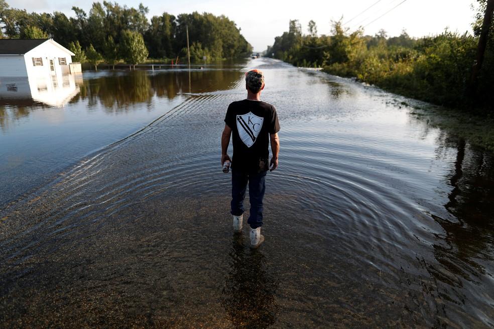 Um voltunário caminha por enchente antes de tentar atravessar uma estrada alagada com um veículo depois da passagem da tempestade tropical Florence em Dillon, Carolina do Sul, em 17 de setembro de 2018. — Foto: Randall Hill/Reuters