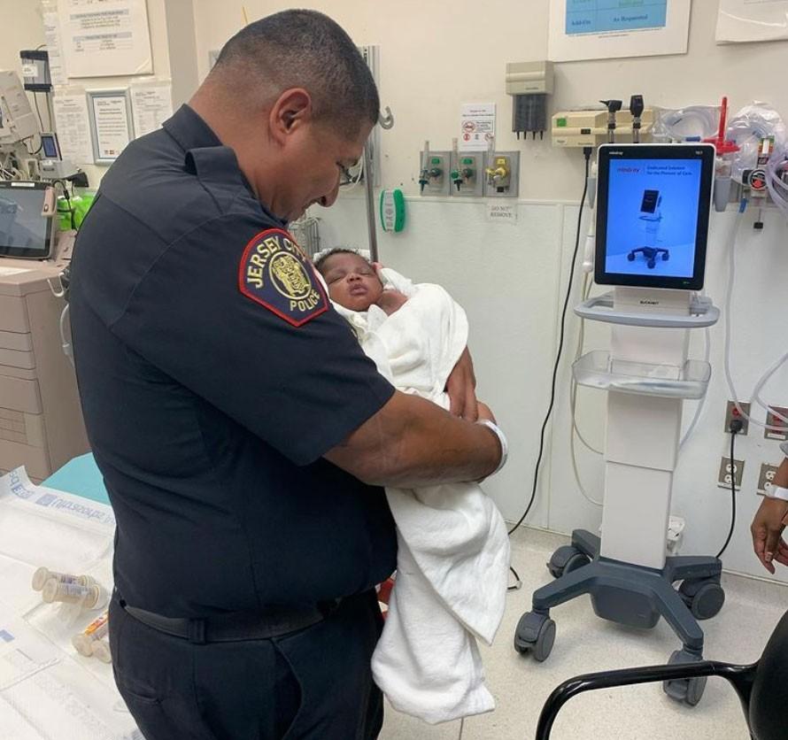 Policial agarra bebê de 1 mês atirado do 2º andar de prédio nos EUA