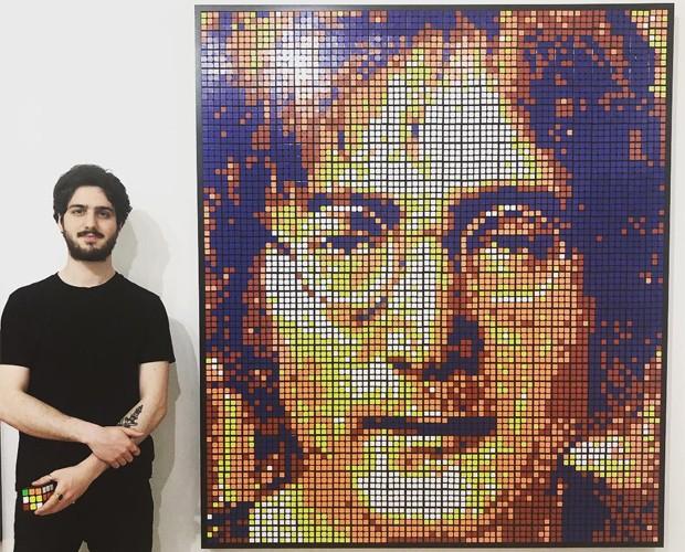 Giovanni Contardi ao lado de retrato de John Lennon (Foto: Reprodução)
