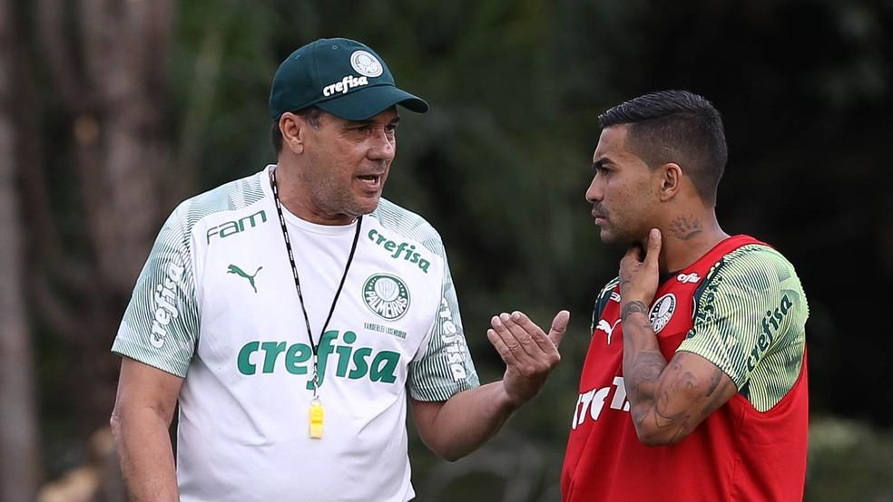Vanderlei Luxemburgo conversa com Dudu, que ganha descanso contra o Oeste — Foto: Cesar Greco / Ag. Palmeiras