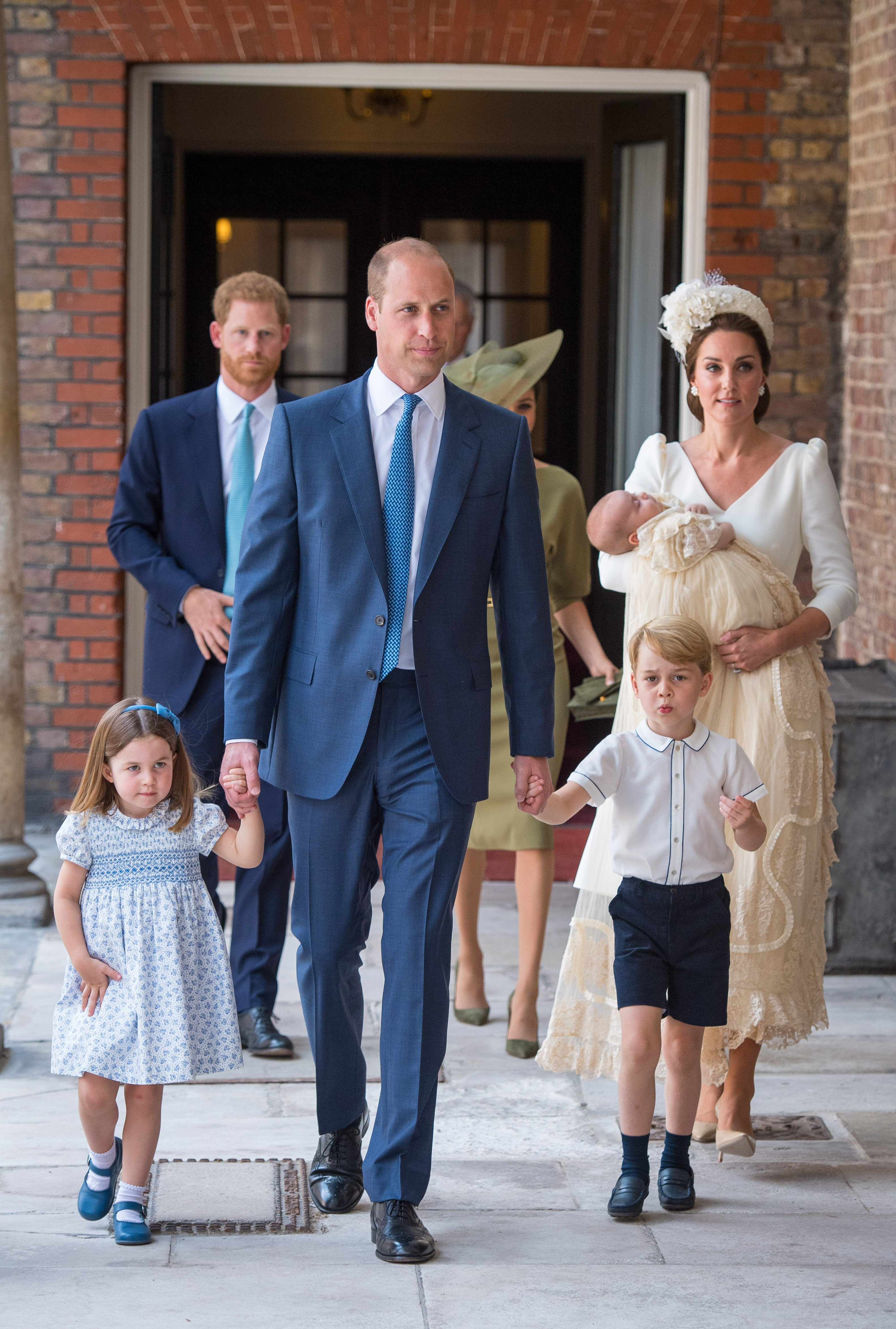 Os príncipes William, Harry, George e Louis, junto com a princesa Charlotte e as duquesas Kate Middleton e Meghan Markle chegam ao local do batizado de Louis (Foto: Getty Images)