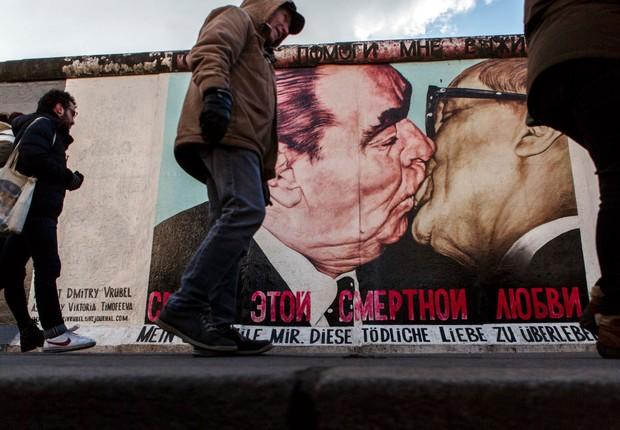 Beijo entre Leonid Brezhnev (URSS) e Erich Honecker (Alemanha Oriental) sobre o Muro de Berlim, na Alemanha (Foto: Carsten Koall/Getty Images)
