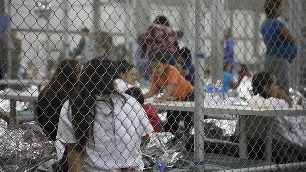 Em uma das unidades, 1.100 imigrantes aguardam em três alas para serem processados: crianças desacompanhadas, adultos sozinhos e pais com seus filhos (Foto: ALFÂNDEGA E PROTEÇÃO DE FRONTEIRAS DOS EUA)
