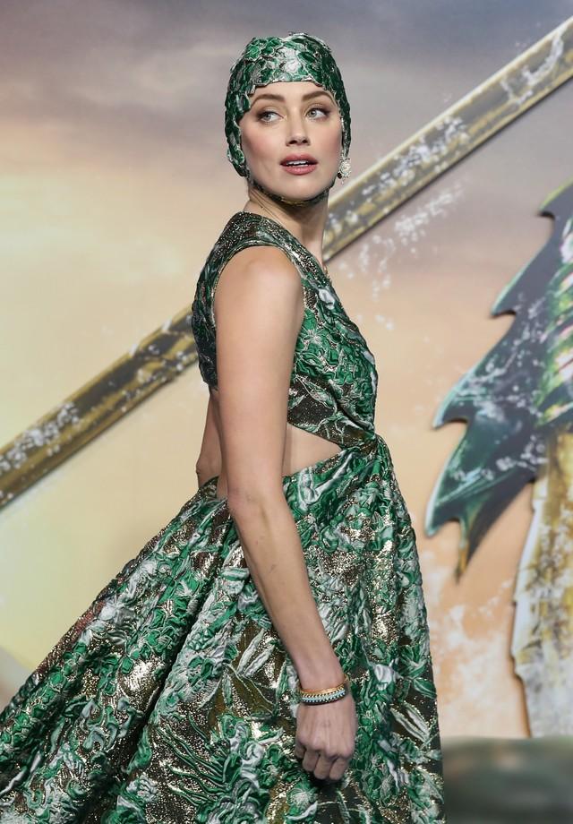 Amber Heard de Valentino alta-costura na pré-estreia de Aquaman (Foto: Getty Images)