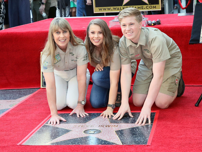 Terri Irwin, Bindi Irwin e Robert Irwin em homenagem a Steve Irwin (Foto: Getty Images)