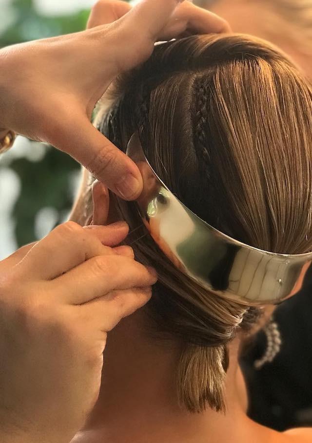 Charlize Theron e o acessório futurista que fez toda a diferença no penteado com rabo torcido e tranças fininhas. (Foto: Instagram Hair by Adir/ Reprodução)