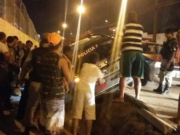 Viatura capotou enquanto perseguia veículo suspeito (Foto: Ivan Amorim/TV Gazeta)