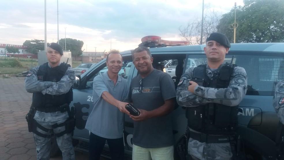José Pedro (D) recebe carteira encontrada por Hudson (E); PM ajudou a localizar dono (Crédito: PMDF/Divulgação)