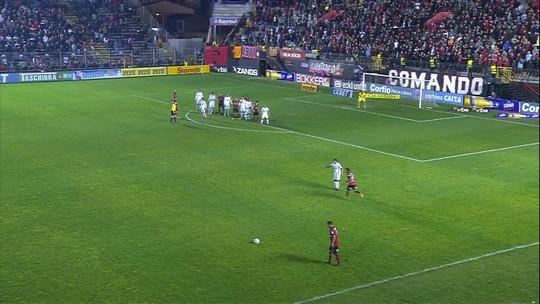 Betão se joga na bola para evitar gol do Xavante aos 7' do 2T