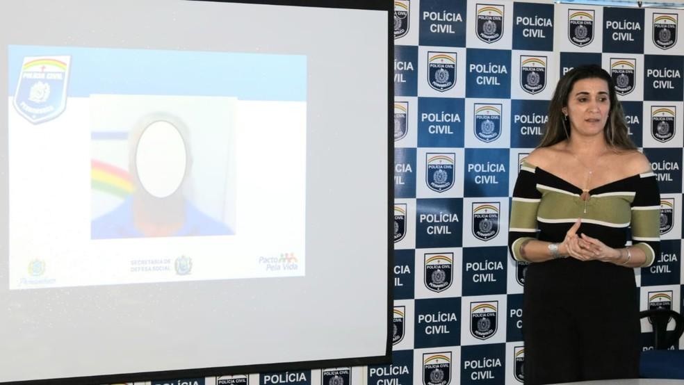 Delegada Euricélia Nogueira apresenta detalhes sobre mandado de prisão em aberto contra suspeito de estupro de vulnerável, no Grande Recife — Foto: Edésio Lemos/Polícia Civil/Divulgação