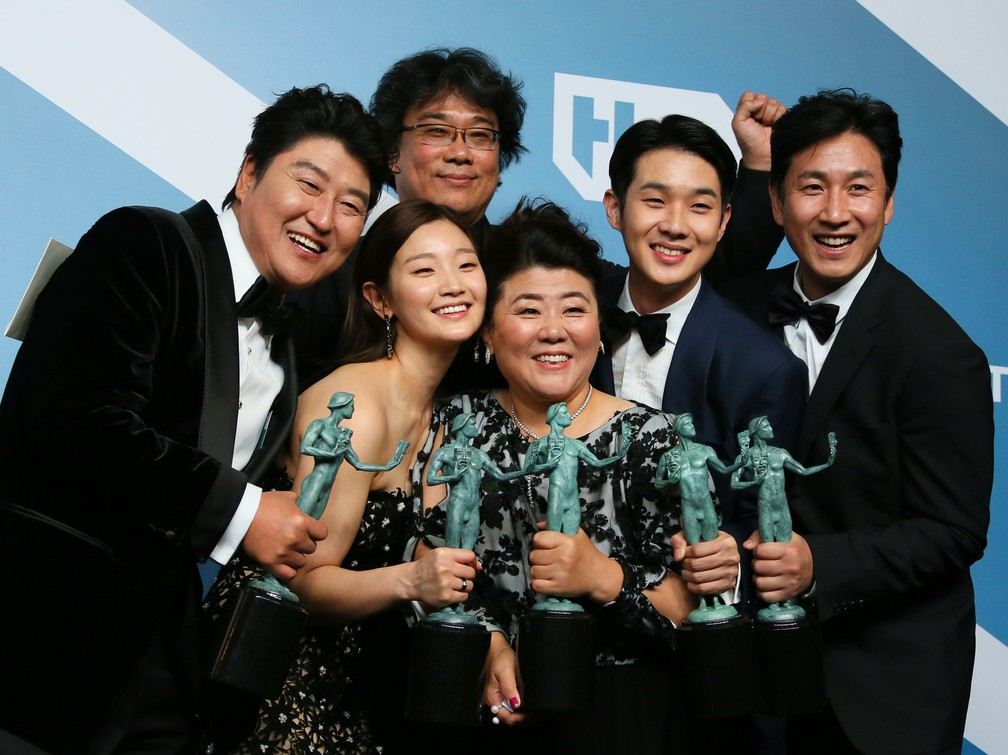 "Elenco do filme ""Parasita"" celebra prêmio no SAG Awards — Foto: Jean-Baptiste Lacroix / AFP"