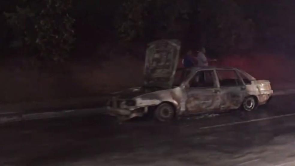 Carro pega fogo e deixa trânsito intenso na Avenida Paralela, em Salvador — Foto: Gabrielle Gomes/G1