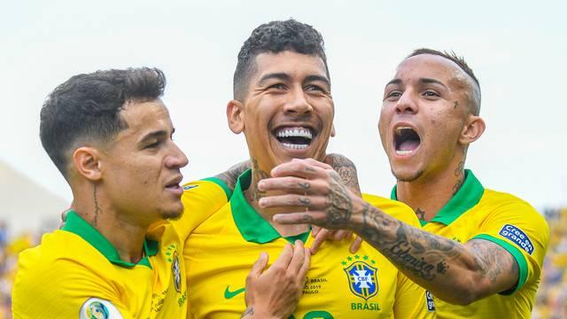 Coutinho, Firmino e Everton comemoram o gol do camisa 20, o segundo da Seleção em Itaquera
