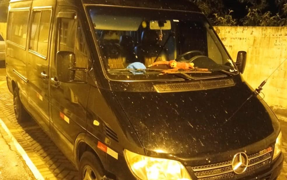 Policiais desconfiaram de van preta, em local de pouco movimento — Foto: Divulgação/SSP-BA
