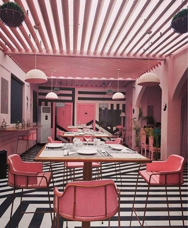 Rosa e preto colorem o The Zebra Cafe, deixando o local com um design inusitado  (Foto: Instagram/ Reprodução)