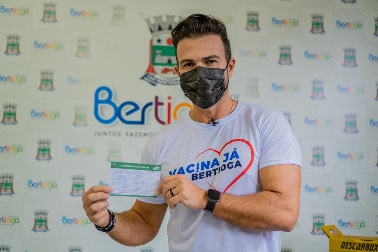 Prefeito de Bertioga, Caio Matheus recebe primeira dose da vacina contra a Covid-19 e anuncia 'Corujão da Vacina'
