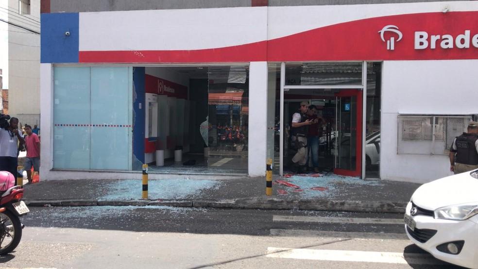 Grupo tentou assaltar carro-forte que abastecia agência do Bradesco — Foto: Camila Oliveira/TV Bahia
