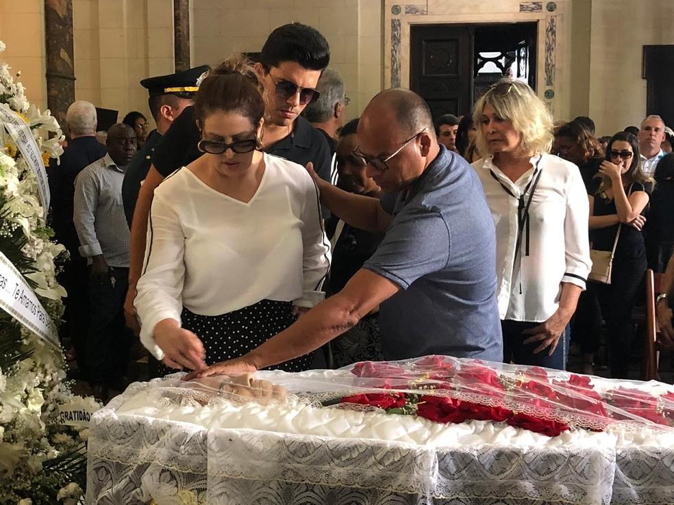 Sônia Lima e filho se despedem de Wagner Montes — Foto: Carlos Brito / G1