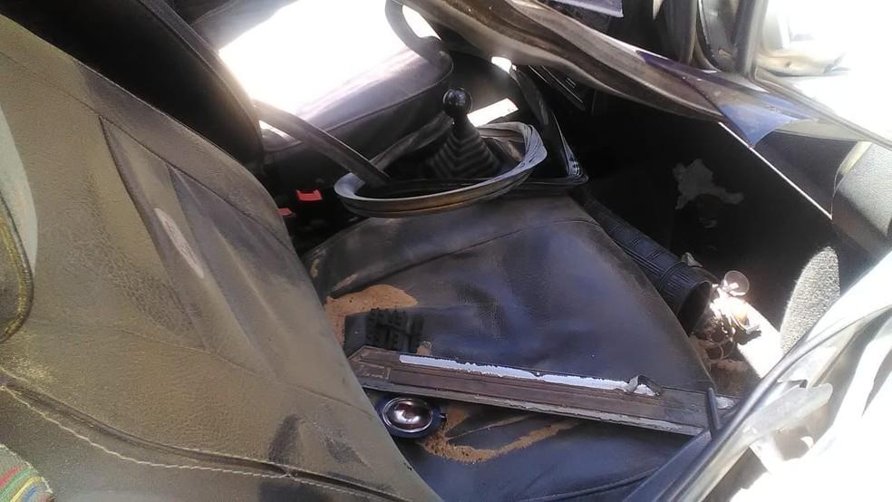 Carro ficou destruído após acidente (Foto: Rafael Vedra/LiberdadeNews)