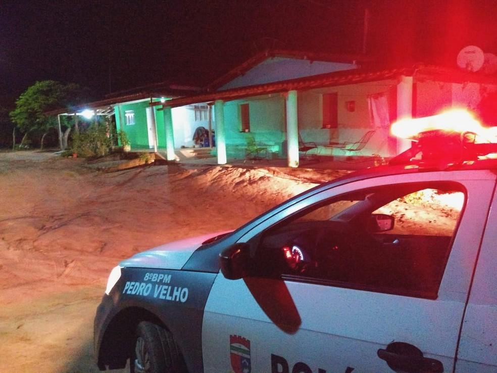 Mulher morreu e marido ficou em estado grave após serem baleados durante o assalto em Pedro Velho — Foto: Acson Freitas/Inter TV Cabugi