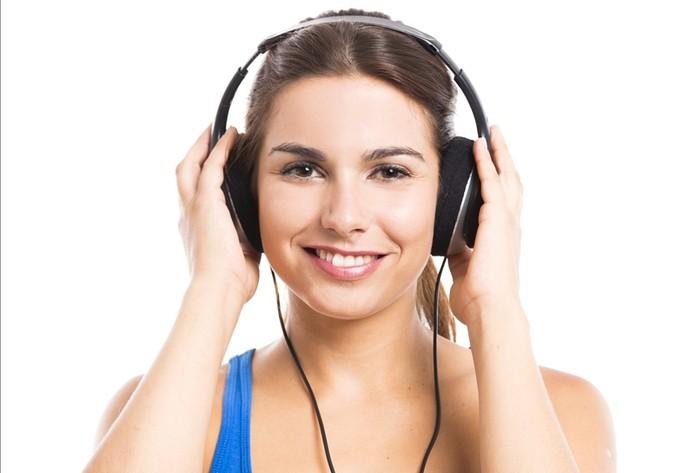 Ouvindo música (Foto: pond5)