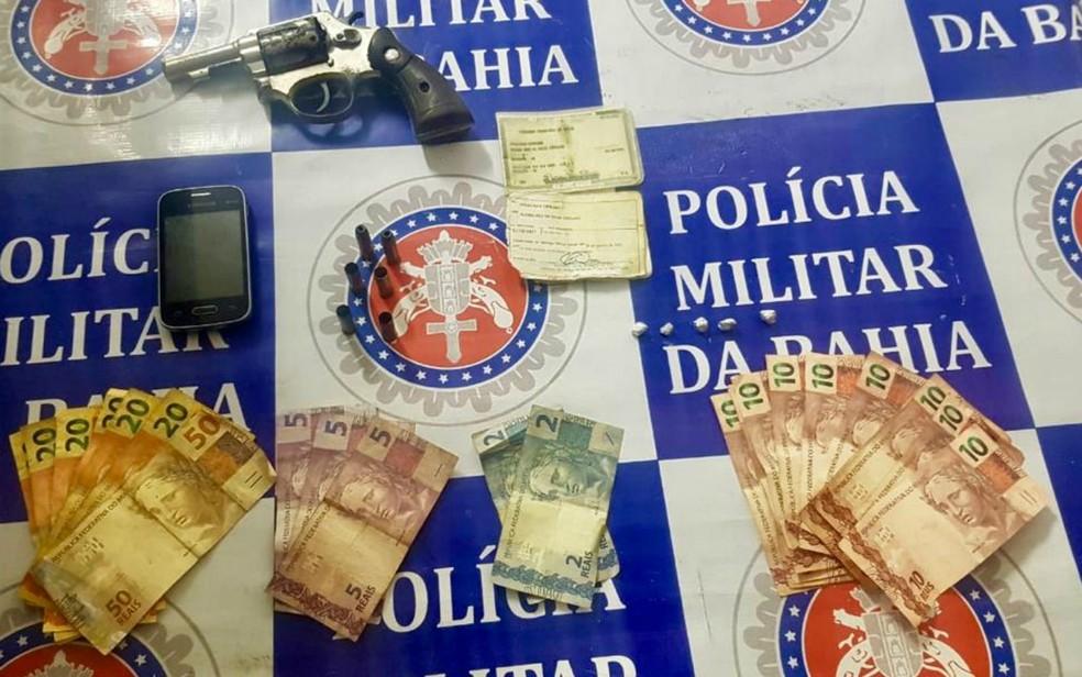 Suspeito estava com um revólver calibre 38, munições e cerca de R$ 300 — Foto: Divulgação/Polícia Militar
