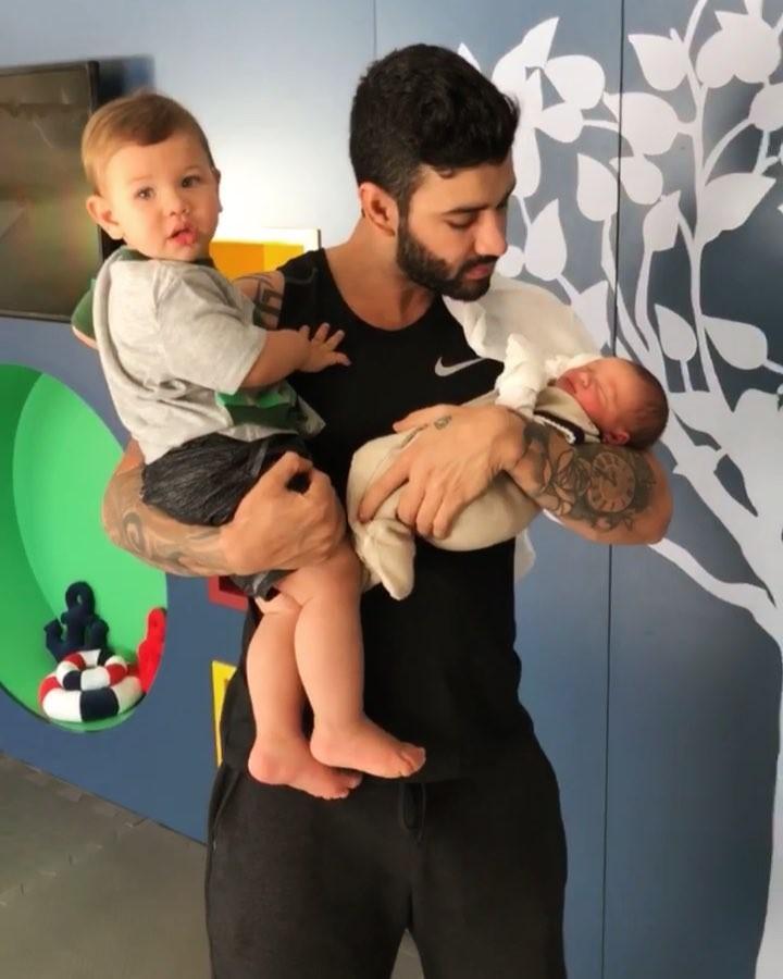 Gusttavo Lima com os filhos Gabriel e Samuel (Foto: Reprodução/Instagram)