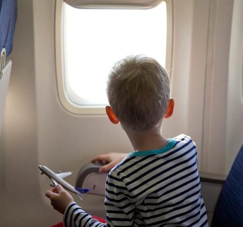 Viagem internacional: crianças precisam apresentar comprovante de vacinação e teste PCR negativo?