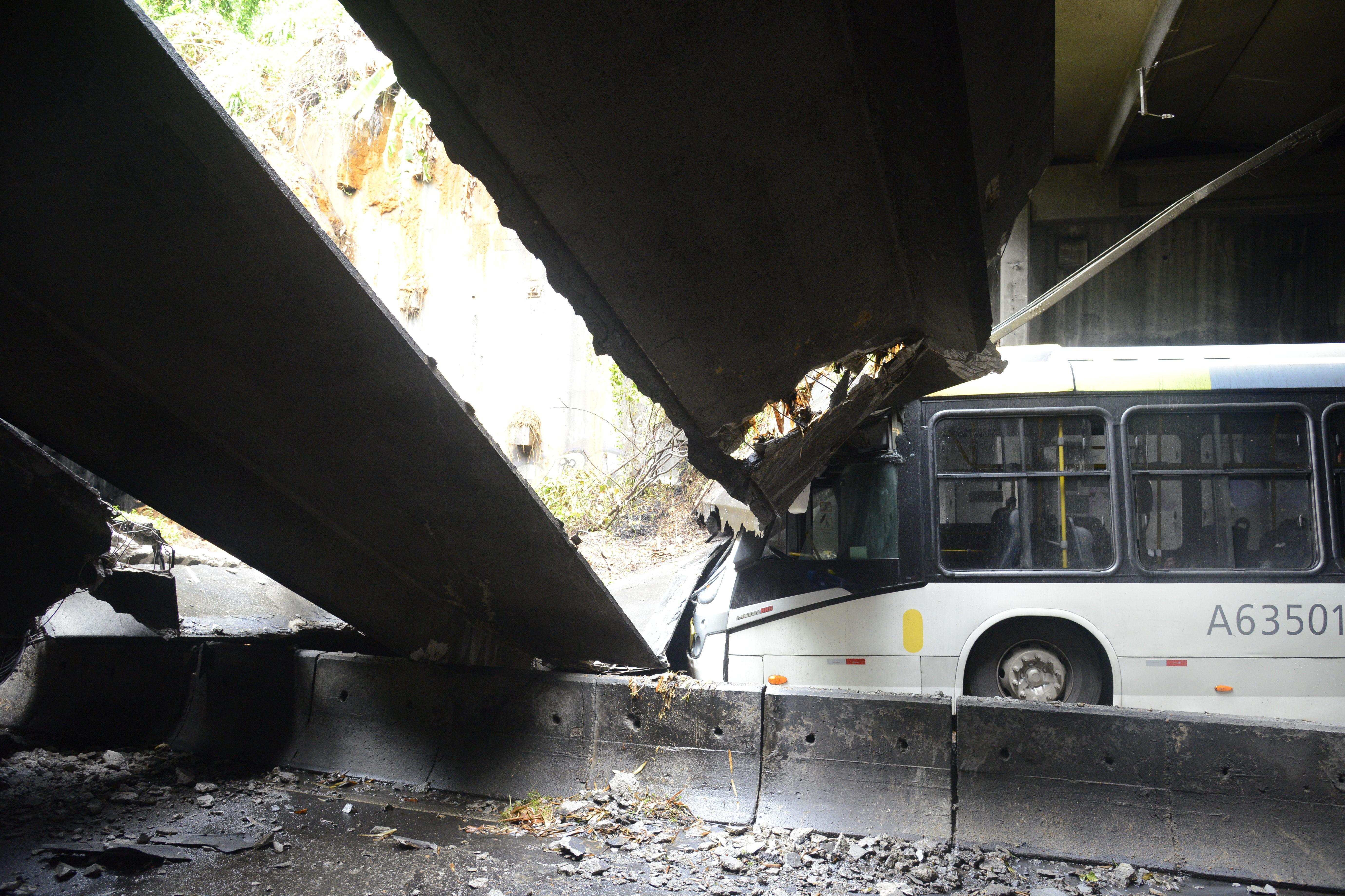Desabamento atingiu ônibus no Túnel Acústico