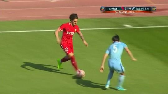 Em jogo de quatro gols brasucas, Pato faz dois e evita derrota do Tianjin