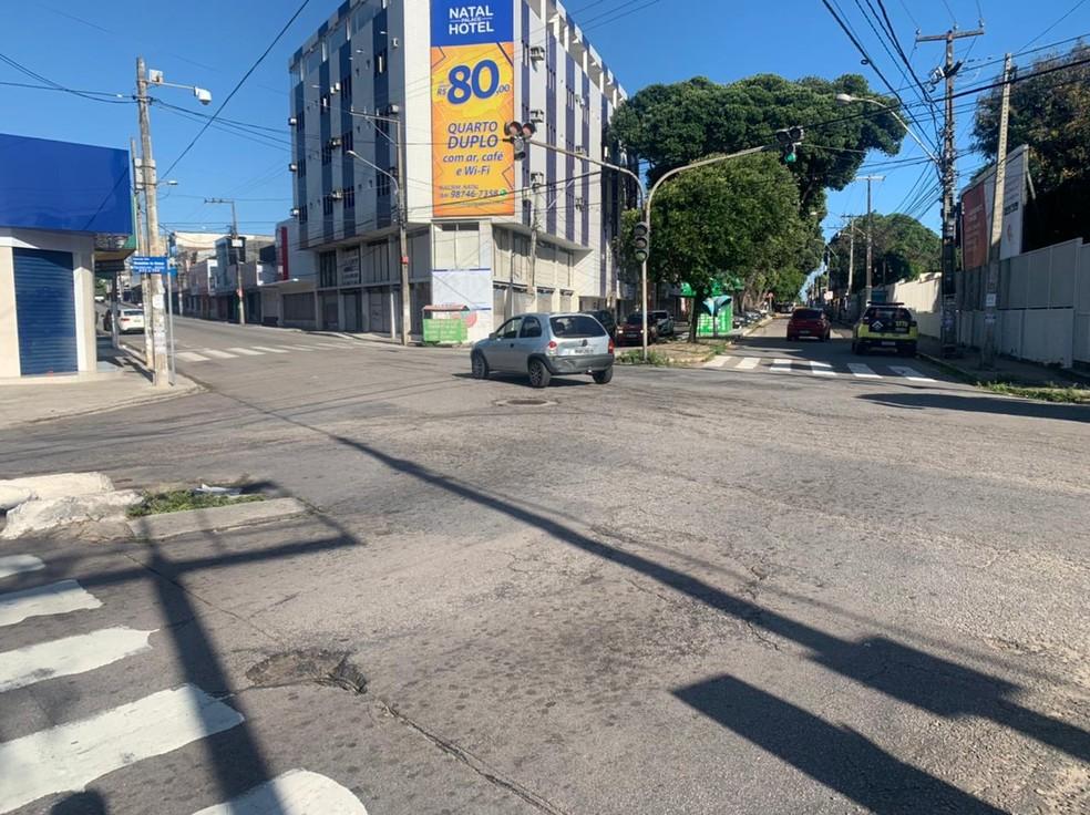 Um dos carros atingidos pelo motorista embriagado foi parar no cruzamento das avenidas, em Natal — Foto: Carlos Dhaniel/Inter TV Cabugi