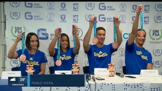 Medalhistas no badminton voltam para casa após 5 meses e cobram mais visibilidade à modalidade