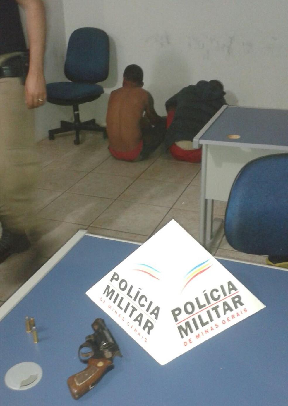 Dois homens, de 21 e 26 anos, foram presos nesse sábado (2) suspeitos de envolvimento na morte de Francisco de Assis de Jesus Ribeiro, de 27 anos, em Montes Claros (Foto: Polícia Militar/Divulgação)