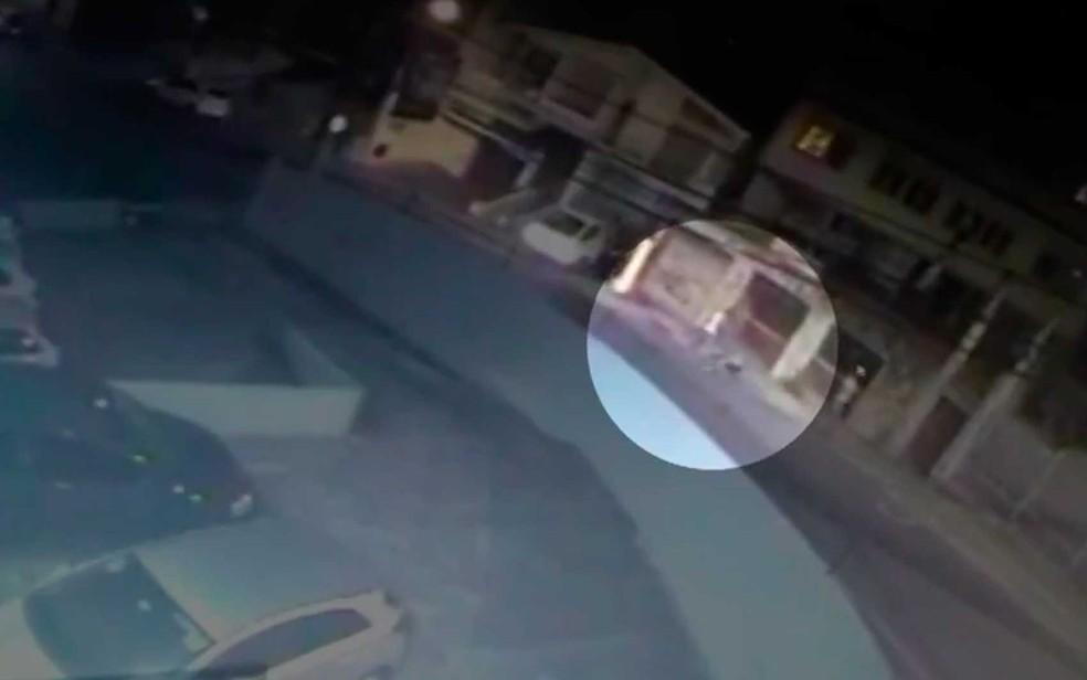 Vídeo flagrou momento em que folião que se perdeu dos amigos foi agredido em Salvador  — Foto: Reprodução/TV Bahia