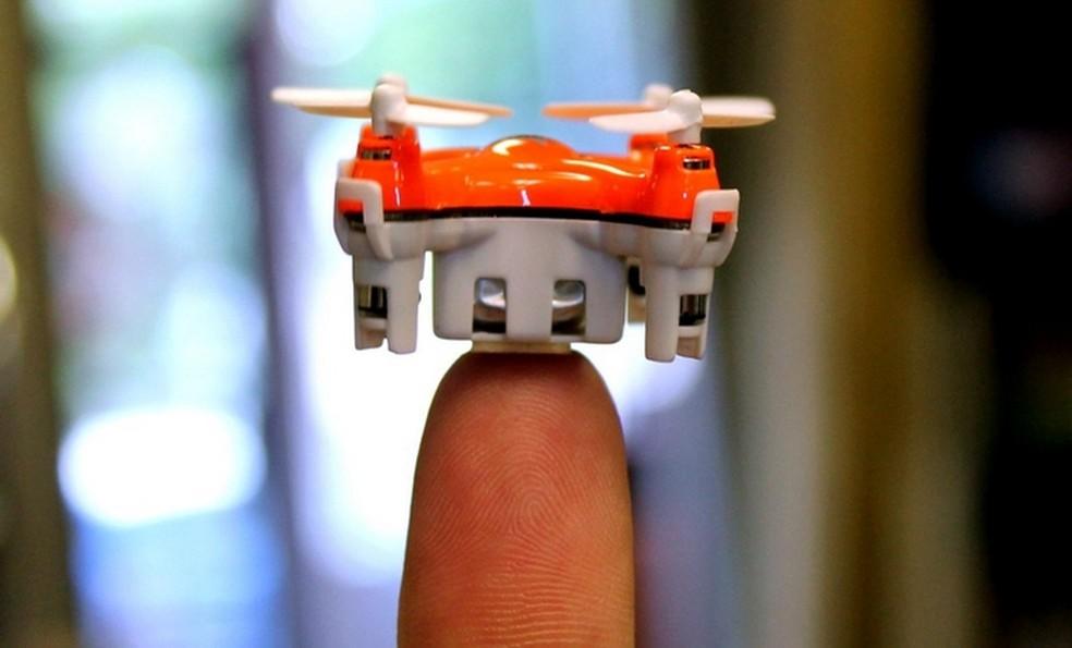 Menor do mundo, Aerius é pouco maior que a ponta dos dedos  (Foto: Divulgação/Aerix Drones)